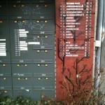 De bellen met daaromheen de brievenbussen en rechts de naambordjes (klik om te vergroten